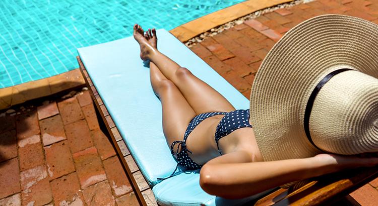 Liegen am Pool vorab reservieren (F: Bigstock / champlifezy)