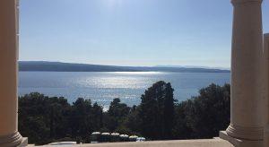 Blick vom Kvarner Palace auf den Park und das Meer