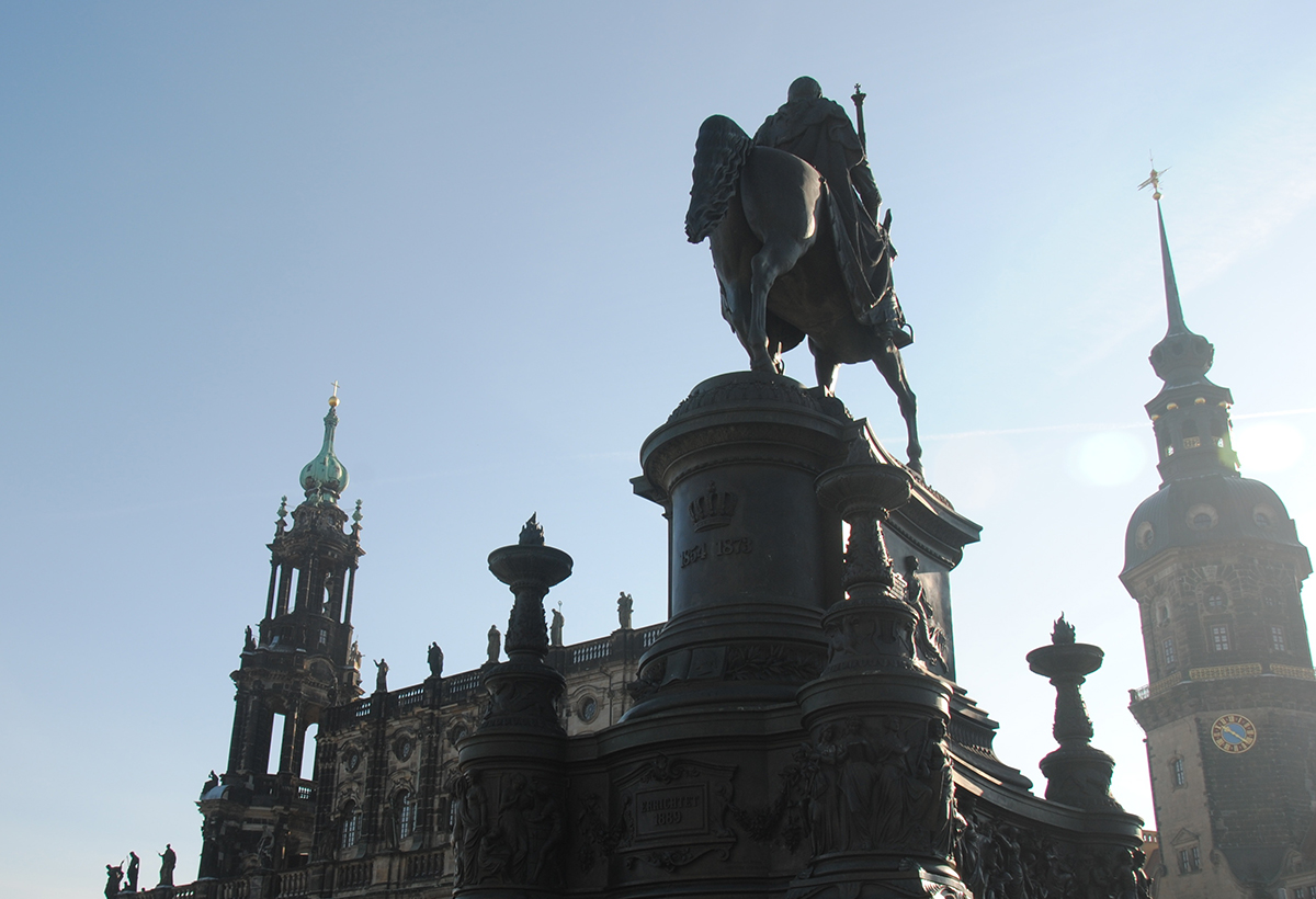 Dresden: König-Johann-Statue vor der Semperoper © Reisekompass
